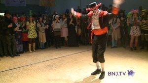 Indiens et cowboys dansent ensemble au Bal des Vieilles