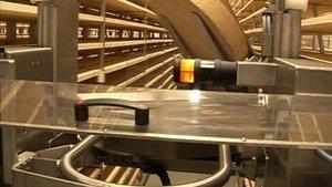 Un robot et les meules de fromage